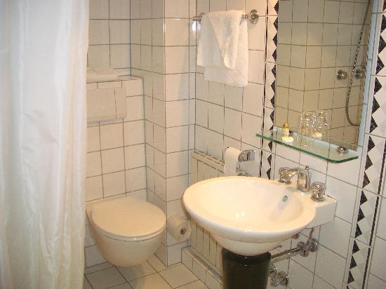 Hotel am Rothenbaum: Bad zu Zimmer 54