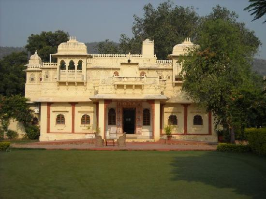 Alwar Bagh (Sariska) by Aamod: One wing of the hotel