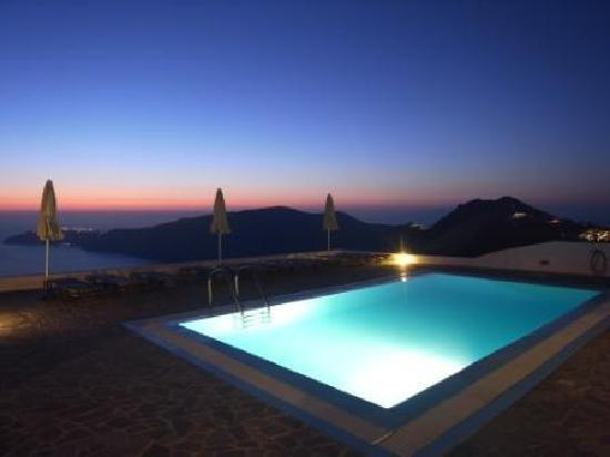 Gizis Exclusive : Pool after sunset