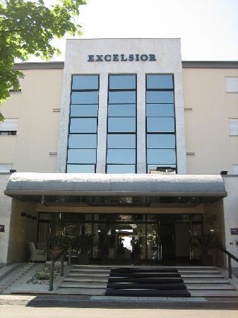 Hotel Excelsior: Hotel Entrance