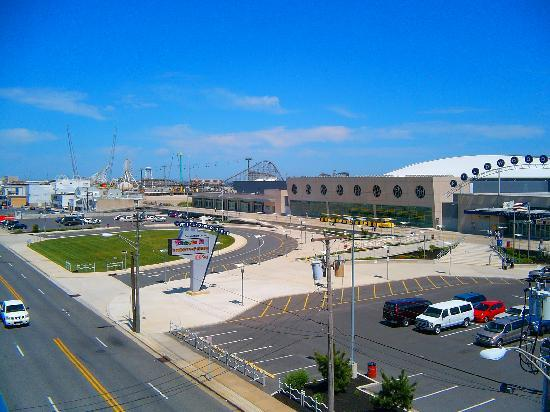 Days Inn & Suites Wildwood: VIEW TO CONVENTION CENTER & AMUSEMENT PIERS