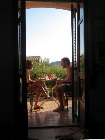 Elounda Heights Apartments and Studios: Breakfast on the studio patio