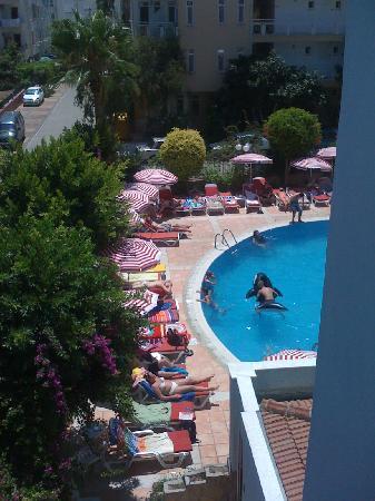 Risus Suit Hotel: uitzicht op gedeelte zwembad
