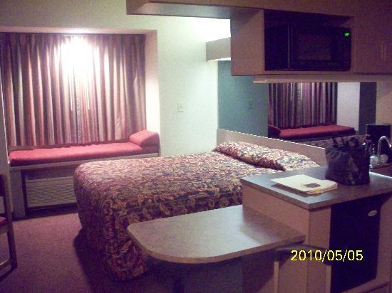 Howard Johnson Inn and Suites Elk Grove Village O'Hare: room showing mini-island