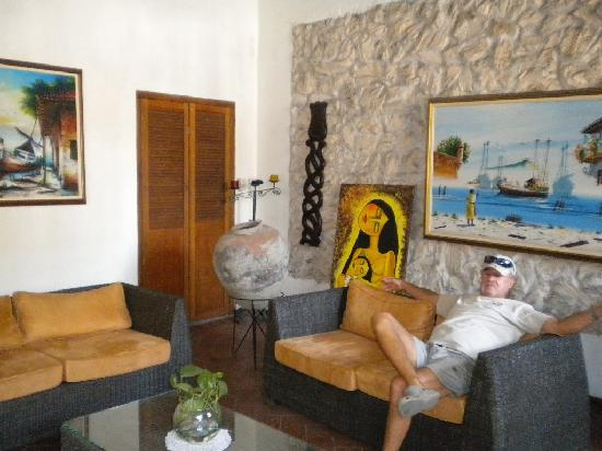 Casa Villa Colonial: Nice lobby to read hotel books or travel maps.