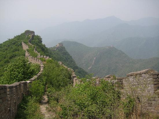 Pekín, China: hike portions of the original un-restored portions of the Great Wall near Beijing