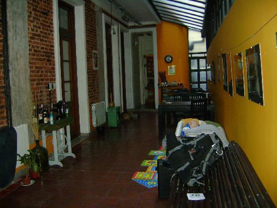 Rayuela Hostel: area en frente de las habitaciones, comedor