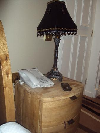Jackson Court Hotel: Distressed wood bedside cabinet with lamp