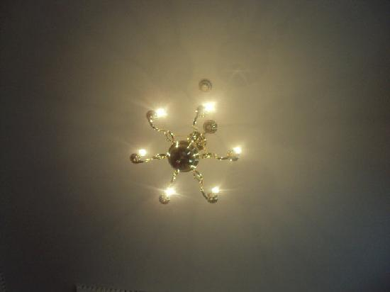 Jackson Court Hotel: Chandelier on ceiling!!!