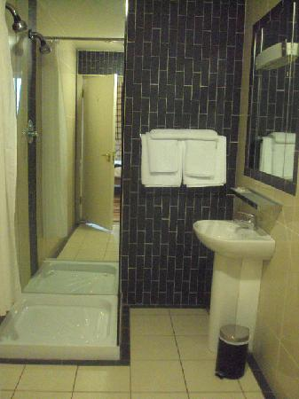 Jackson Court Hotel: Bathroom