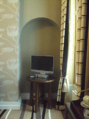 Jackson Court Hotel: Flast screen tv and period alcove in wall