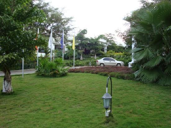 Golden Landmark Resort: Lawns