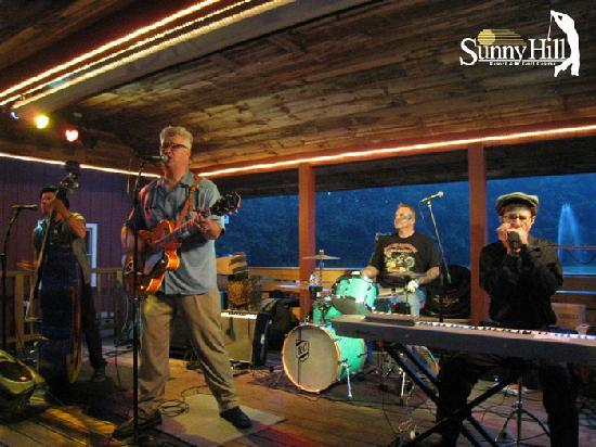 Sunny Hill Resort and Golf Course : Live band at Friday Night Lake Party