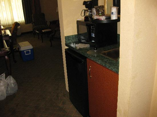Hampton Inn West Palm Beach Florida Turnpike: fridge, microwave, sink