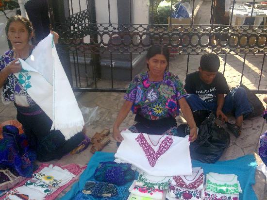 Tuxtla Gutierrez, México: Increible bordado a mano de la blusa que viste esta mujer tzotzil.Chiapas