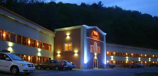 Econo Lodge Montpelier: NIGHTLIGHTS AT ECONOLODGE