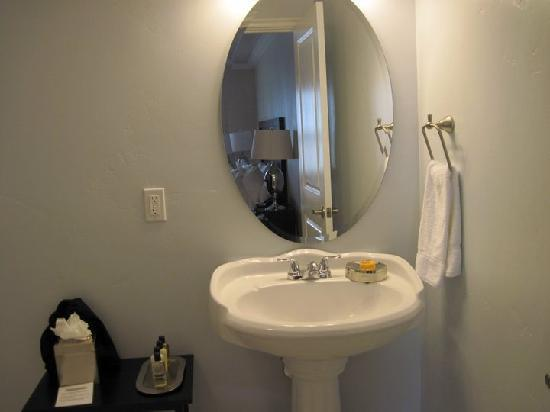 Beach Bungalow Inn and Suites: the bathroom