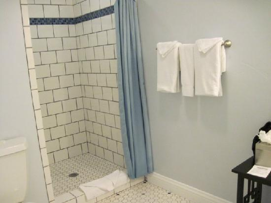Beach Bungalow Inn and Suites: the large shower
