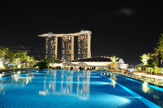 The Fullerton Bay Hotel Singapore : Night view from the pool