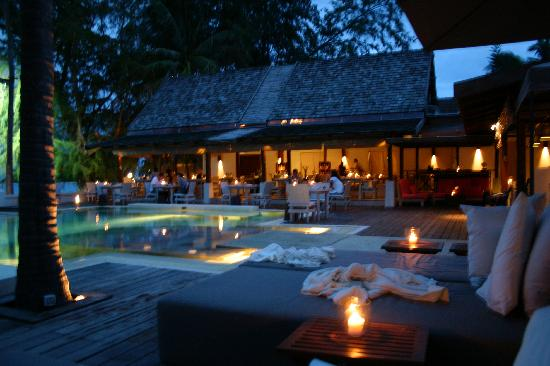 SALA Samui Choengmon Beach Resort: Swimmingpool & restaurant by night
