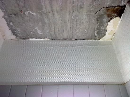 Hotel Confor'tel : Plafond de la douche