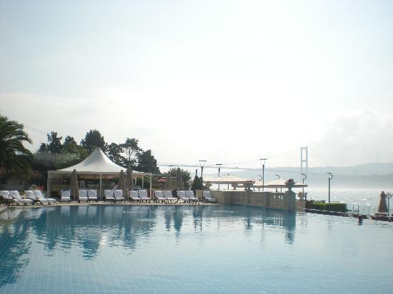 Ciragan Palace Kempinski Istanbul: Pool area