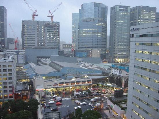 Tokyo, Japan: Blick aus dem Hotelfenster zum Bahnhof