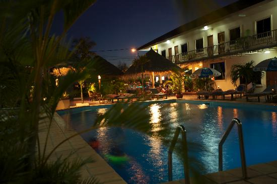 Beach Club Resort: Beach Club Evening Around the Pool