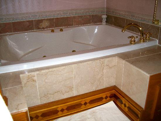 Scofield House Bed and Breakfast: Huge jacuzzi tub