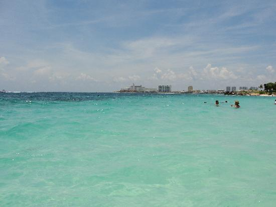 Hotel Riu Caribe: In the water outside our resort