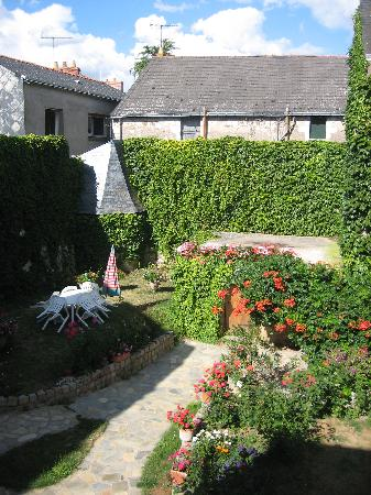 Chambres d'Hotes: View of the garden
