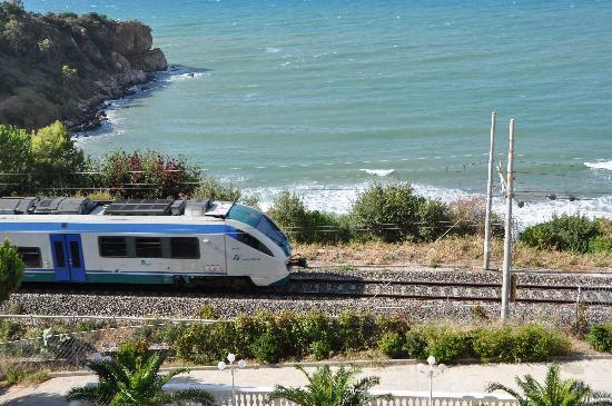 c65b532c60 Vue du balcon sur la mer (et la voie ferrée) - Picture of Hotel ...