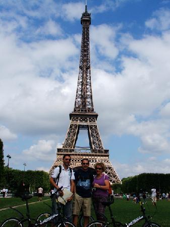 Frente A La Torre Eiffel