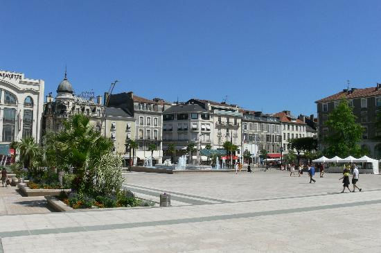 Pau, France: Place Clemenceau