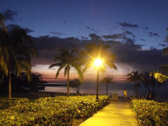Montego Bay, Jamaïque : Hotel Riu at night by the beach
