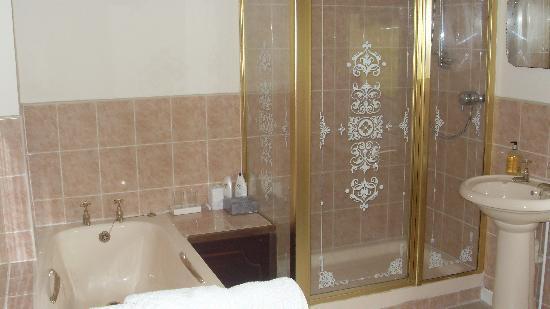 Holmebridge House: Spacious bathroom with bath and shower