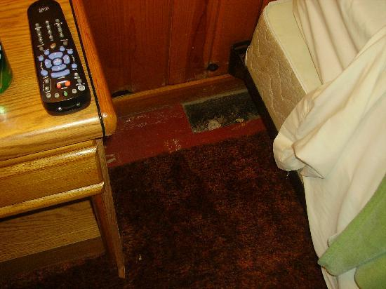 Branding Iron Inn: Carpet doesn't go all the way to the wall, asbestos tiles are missing