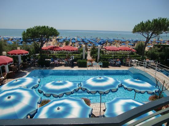 Ruhl Beach Hotel & Suites: Pool und Strand