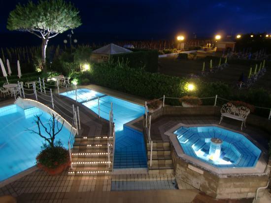 Ruhl Beach Hotel & Suites: Pool & Whirpool bei Nacht