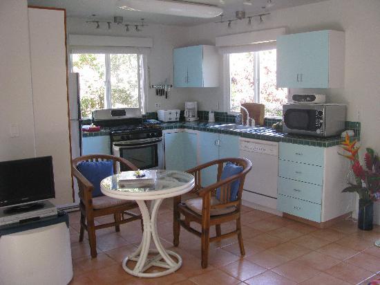 Huelo Point  Lookout: Haleakala Cottage kitchen