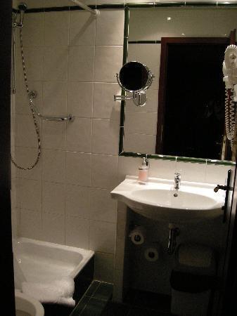 Hotel Lunik: Bagno in condizioni perfette 1