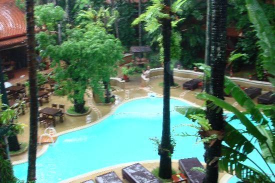 Royal Phawadee Village : la piscina e l'orto botanico dell'albergo