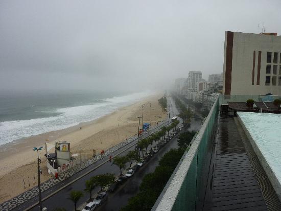 Hotel Fasano Rio de Janeiro: Blick vom Pool auf dem Dach bei Regen