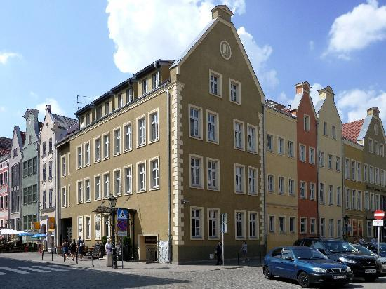 Wolne Miasto Hotel- Old Town Gdansk: Corner street with hotel