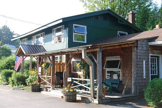 Adirondack Motel: The quaint reception building