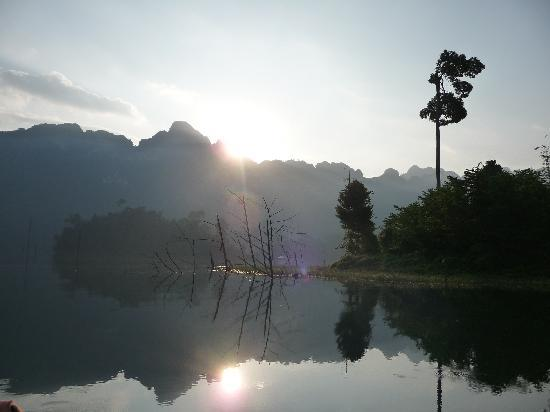 Surat Thani, Tajlandia: Chiaw Laan Lake at dawn