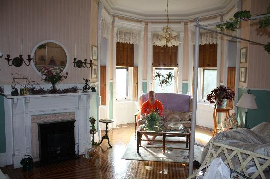 Reynolds Mansion Bed and Breakfast: The Garden Room
