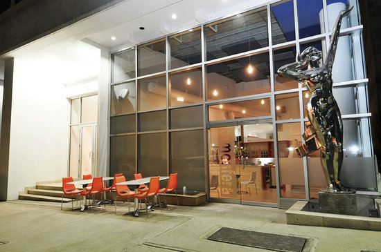 Atmosfera Bistro & Lounge: At Night, view from Ponce De Leon Ave