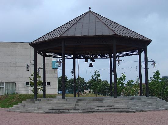 El Astillero, Spain: al lado de una plaza que da al parque