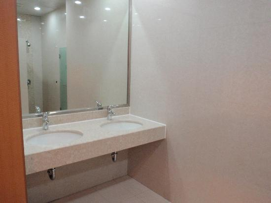 New Harbour Service Apartments: female shower room
